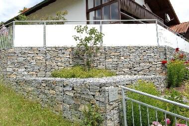 Gabionenmauer Steine gelegt